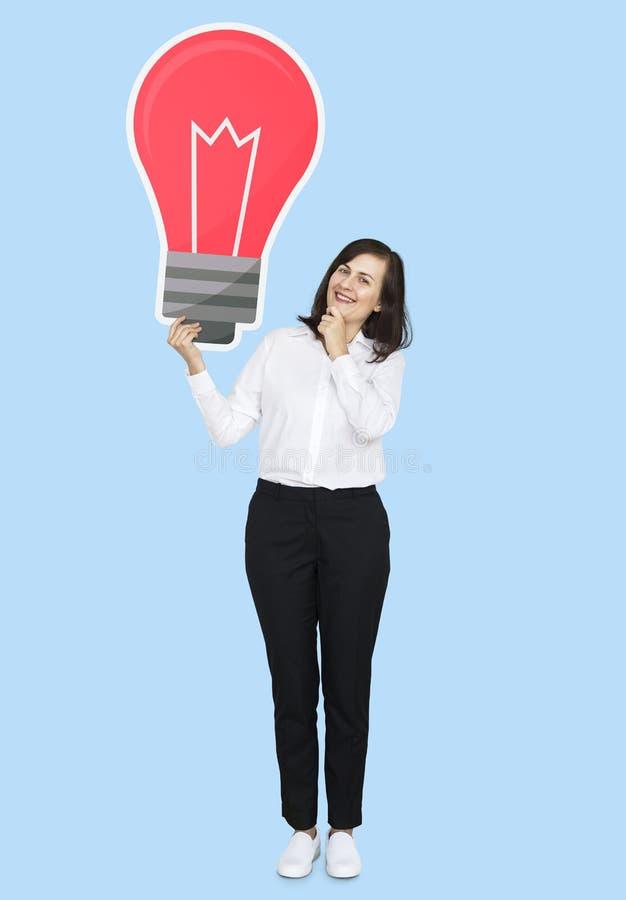 Femme d'affaires retenant une ampoule images libres de droits