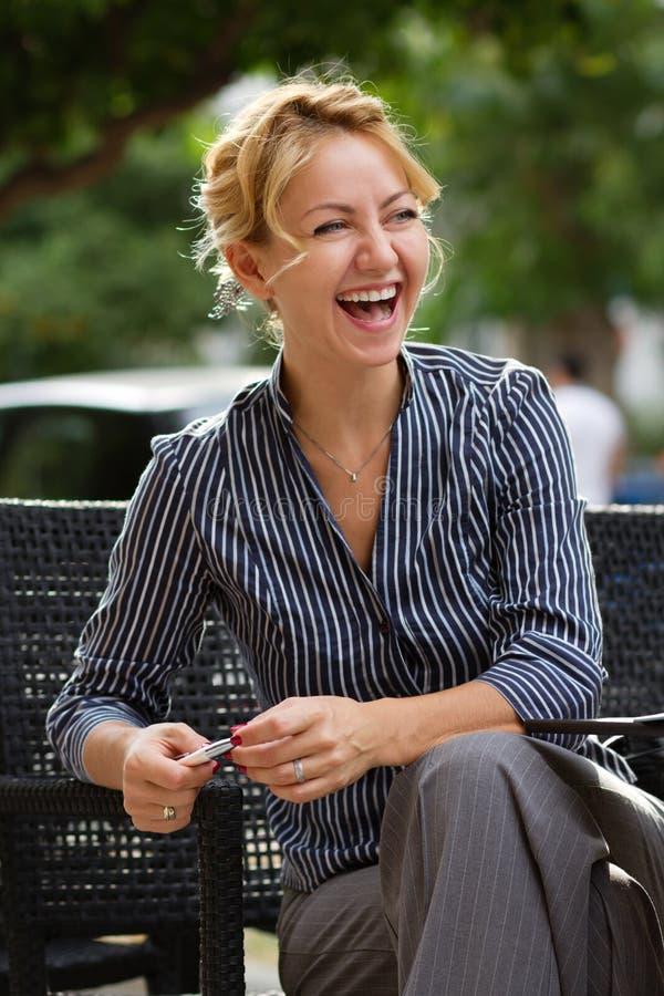 Femme d'affaires riant du déjeuner photos stock