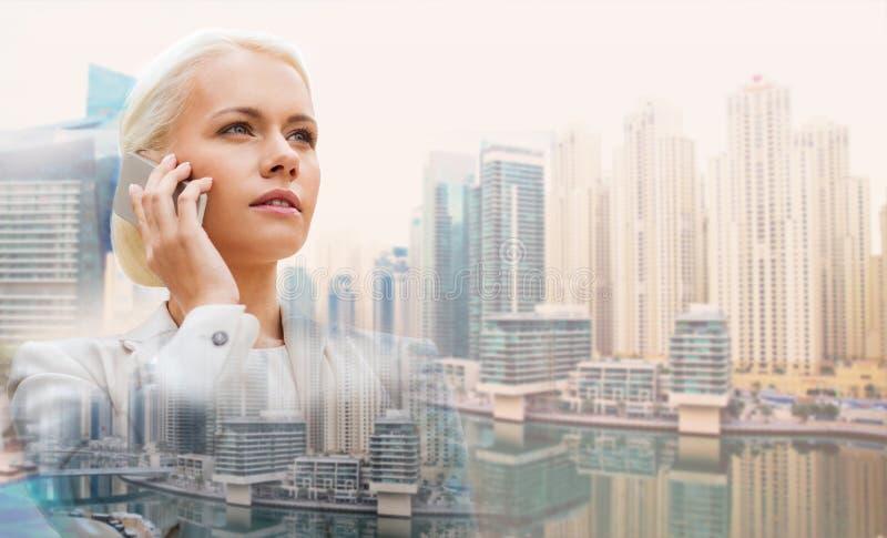 Femme d'affaires sérieuse avec le smartphone dehors images libres de droits