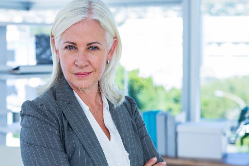 Download Femme D'affaires Sérieuse Regardant L'appareil-photo Photo stock - Image du sérieux, corporate: 56481378