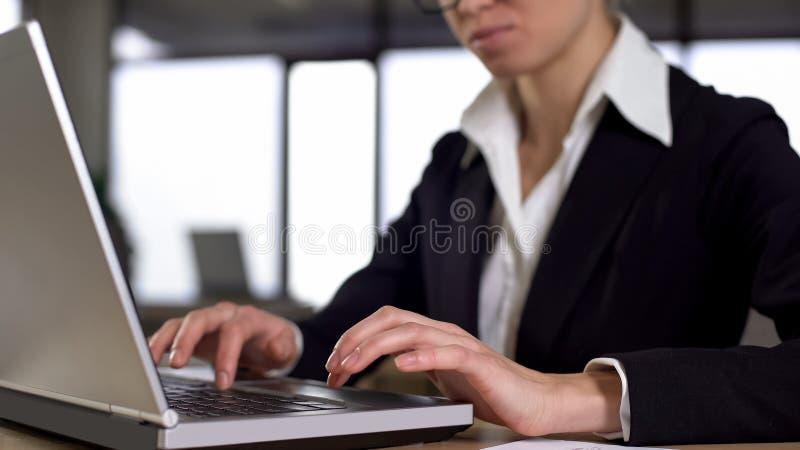 Femme d'affaires sérieuse travaillant sur le concept d'ordinateur portable, de carrière et d'emploi, plan rapproché photos stock