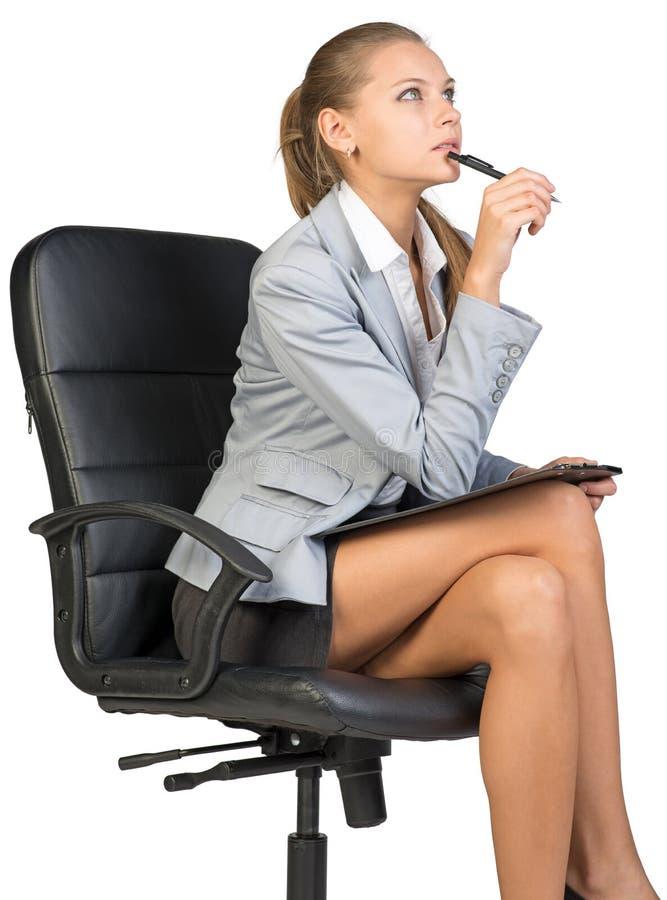 Femme d'affaires s'asseyant sur la chaise de bureau avec image libre de droits