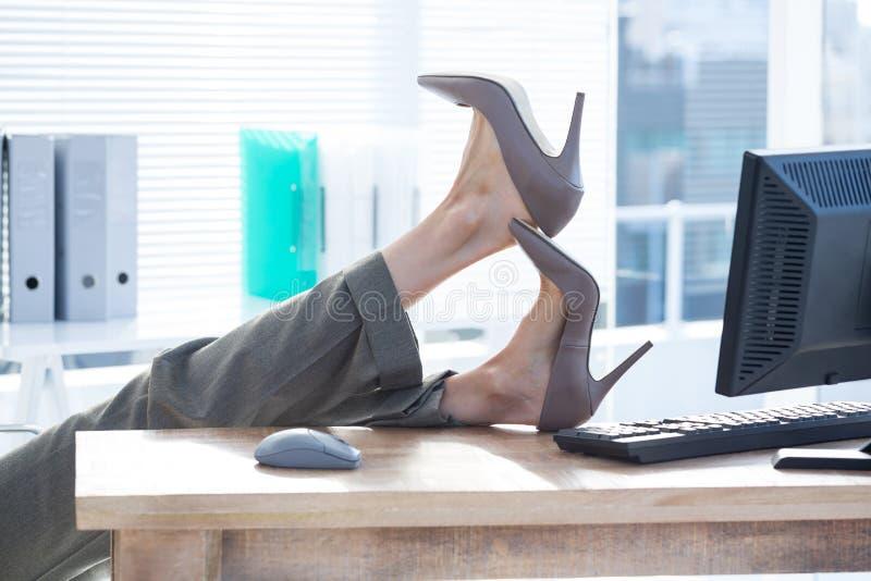 Download Femme D'affaires S'asseyant Sur La Chaise Pivotante Avec Des Pieds Sur Le Bureau Image stock - Image du gratte, affaires: 56482803