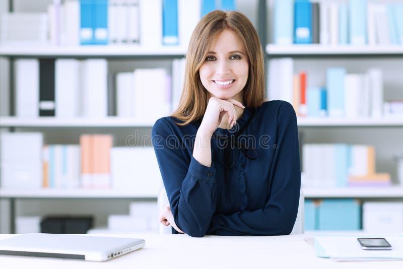 Femme d'affaires sûre au bureau images libres de droits