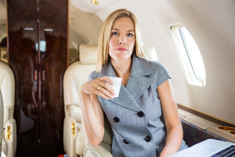 Femme d'affaires sûre Having Coffee In privé image stock