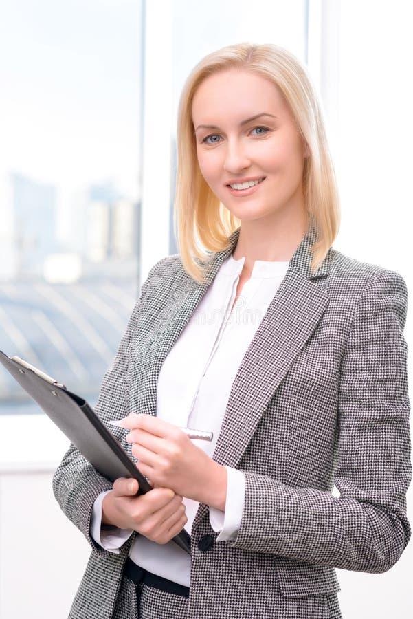 Femme d'affaires sûre Holding Folder images libres de droits