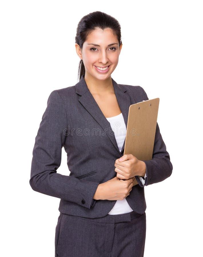 Femme d'affaires sûre se tenant avec le presse-papiers image stock
