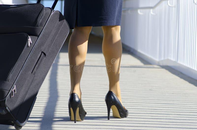 Femme d'affaires se déplaçant avec la valise photographie stock libre de droits
