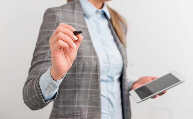 Femme d'affaires se dirigeant dans l'espace vide avec le stylo et le téléphone portable Image de concept d'affaires avec des pris photo stock