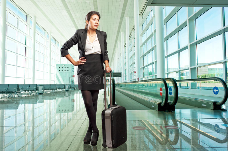 Femme d'affaires se tenant à l'aéroport photos stock