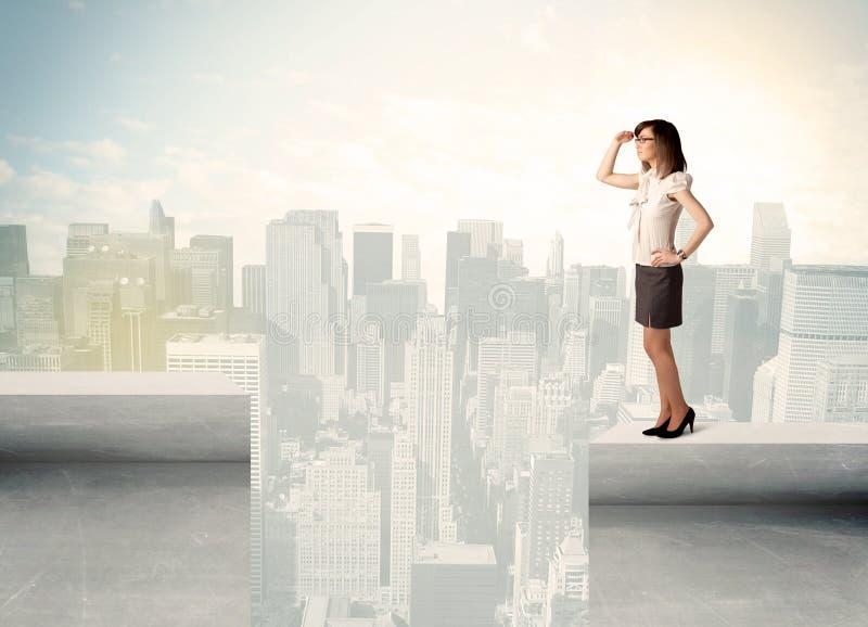 Femme d'affaires se tenant au bord du dessus de toit images stock