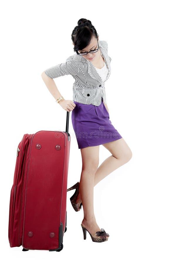 Femme d'affaires se tenant avec des bagages sur le studio photo libre de droits