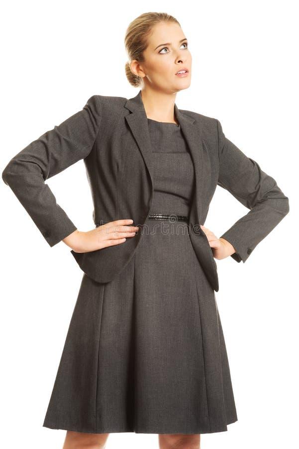 Femme d'affaires se tenant avec des mains sur des hanches images libres de droits