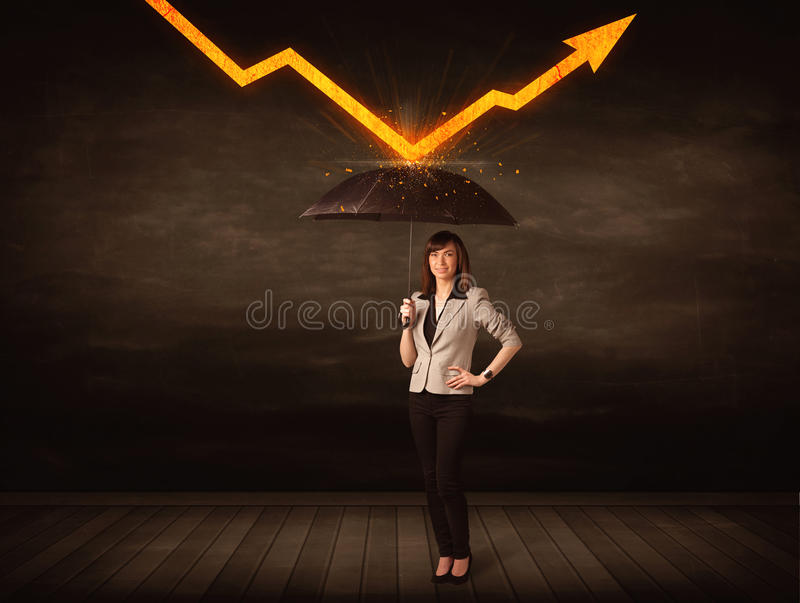 Femme d'affaires se tenant avec le parapluie gardant la flèche orange photographie stock libre de droits
