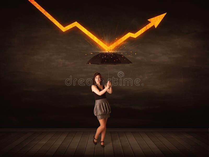 Femme d'affaires se tenant avec le parapluie gardant la flèche orange photo libre de droits