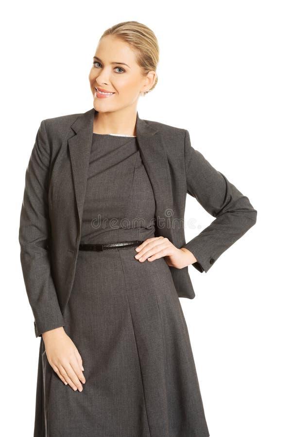 Femme d'affaires se tenant dans la pose sûre photo stock