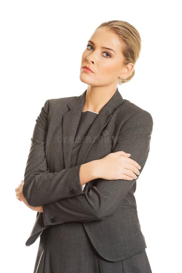 Femme d'affaires se tenant dans la pose sûre image stock