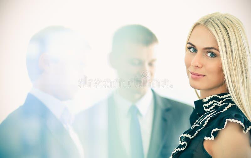 Download Femme D'affaires Se Tenant Dans Le Premier Plan Avec Un Dossier Dans Des Ses Mains Photo stock - Image du employé, expression: 87701072