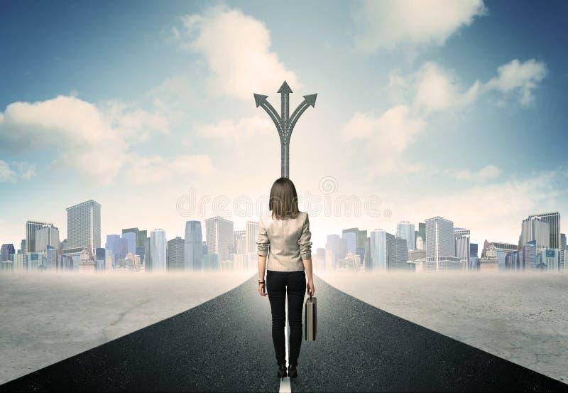 Femme d'affaires se tenant sur la route photos libres de droits