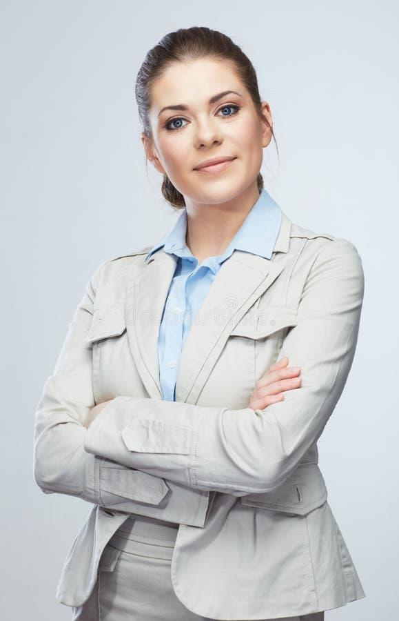 Femme d'affaires se tenant sur le fond gris d'isolement image stock