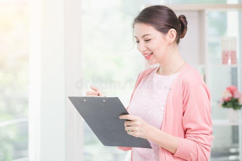 Femme d'affaires se tenant travaillante images libres de droits
