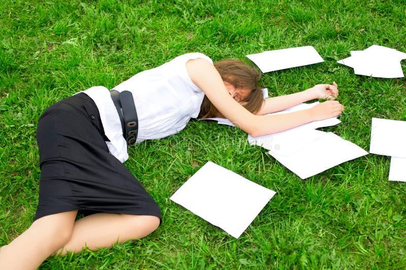 Femme d'affaires se trouvant sur l'herbe images libres de droits