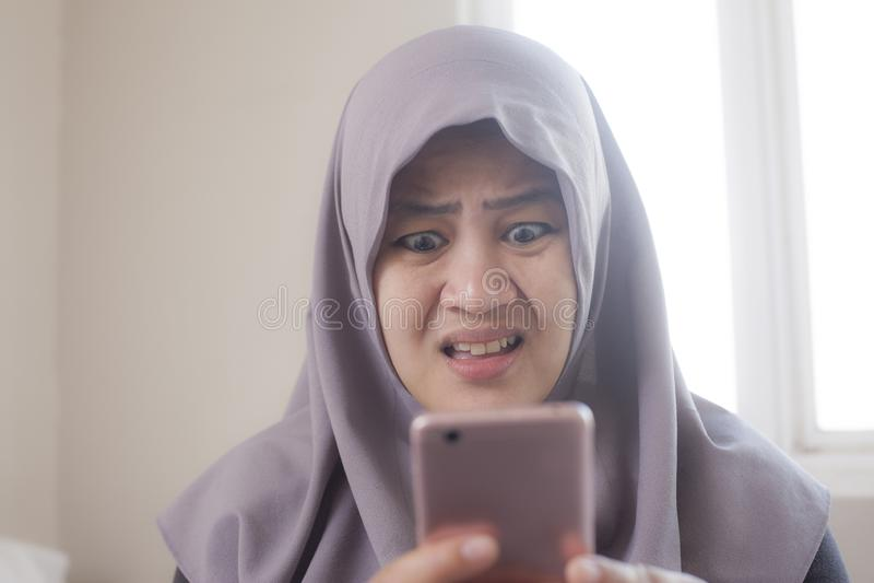 Femme d'affaires Shocked Expression, recevant la mauvaise nouvelle au t?l?phone photos stock