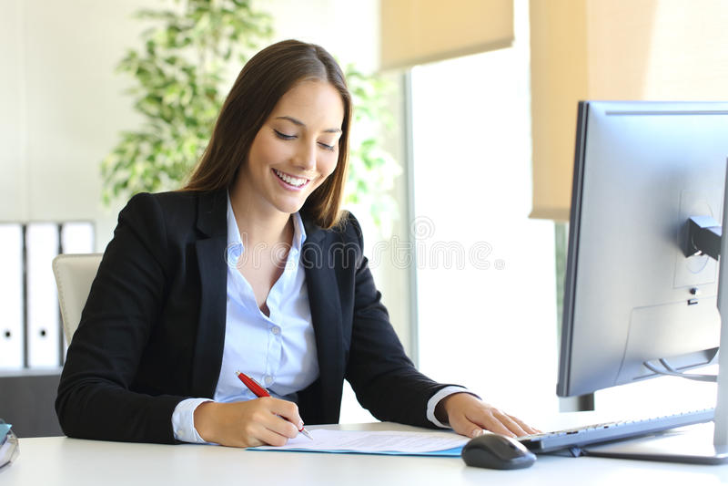 Femme d'affaires signant un contrat photo stock