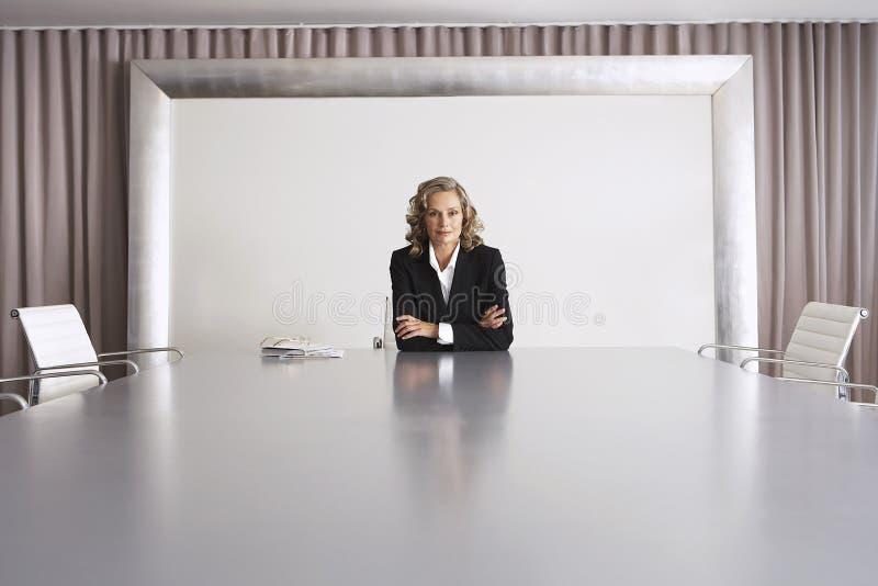 Femme d'affaires Sitting In Boardroom photographie stock libre de droits