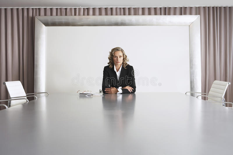 Femme d'affaires Sitting In Boardroom images stock