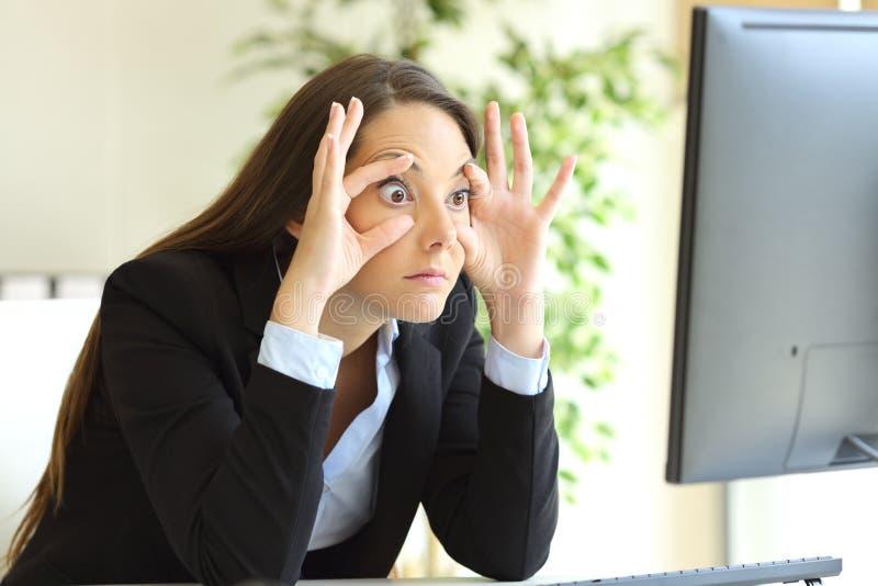 Femme d'affaires somnolente essayant de maintenir des yeux ouverts images stock