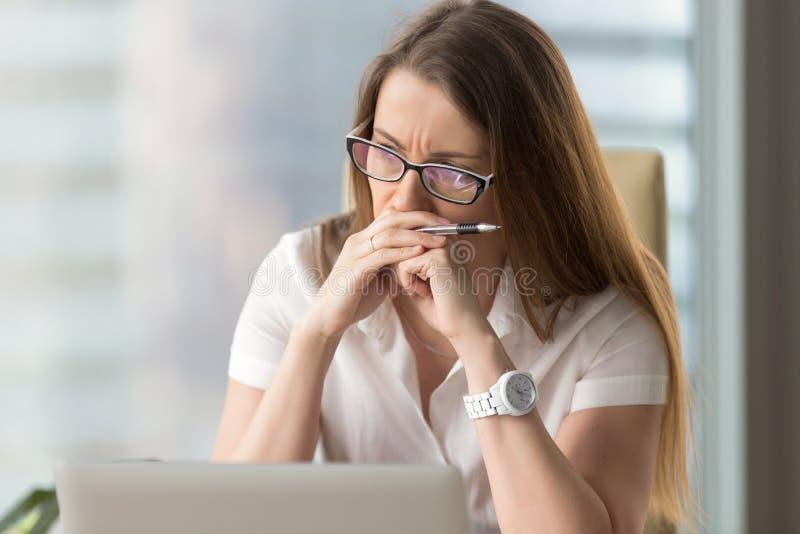 Femme d'affaires songeuse pensant au problème photographie stock libre de droits