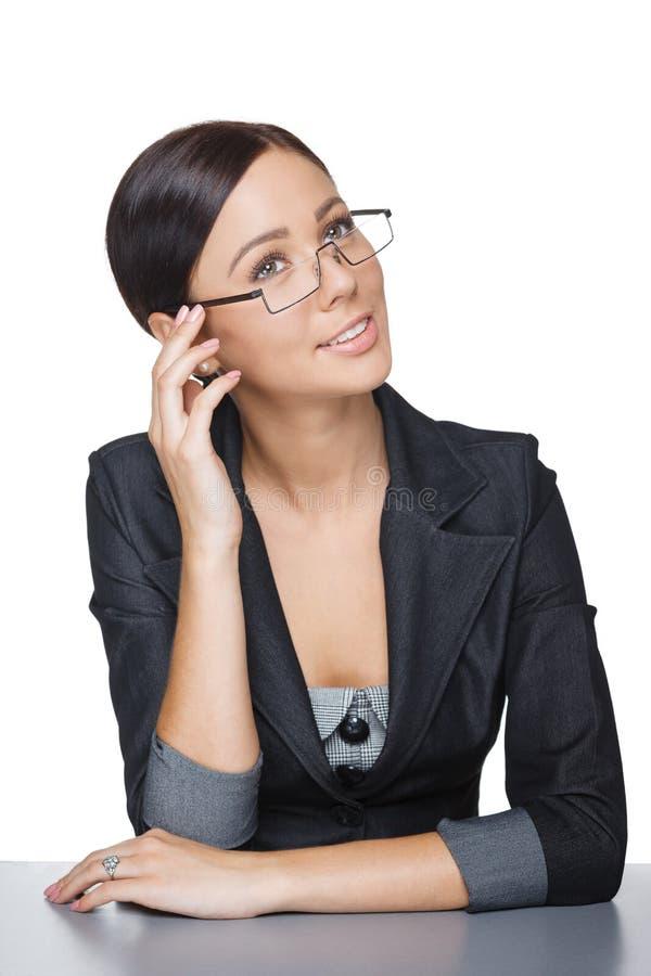 Femme d'affaires songeuse s'asseyant à la table photographie stock libre de droits