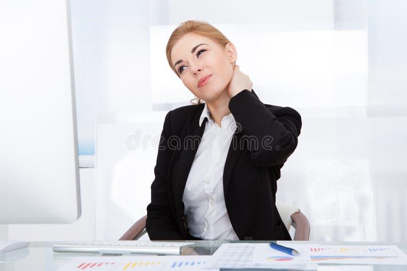 Femme d'affaires souffrant de la douleur cervicale images libres de droits