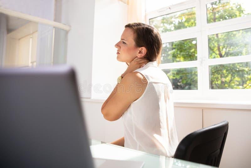 Femme d'affaires souffrant de la douleur cervicale image stock