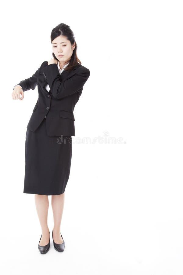 Femme d'affaires souffrant de la rigidité d'épaule photographie stock libre de droits