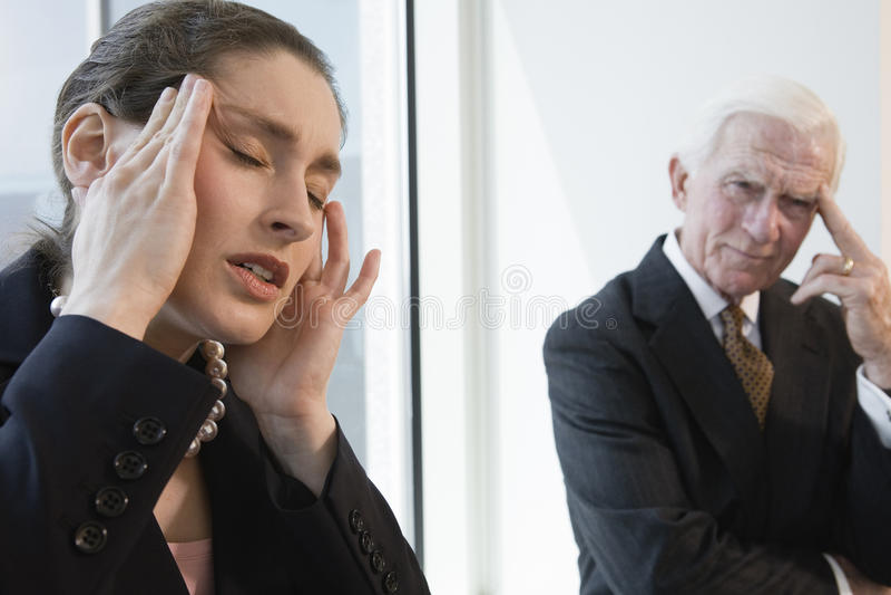 Femme d'affaires souffrant du mal de tête de tension. photo stock