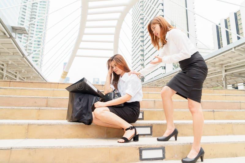 Femme d'affaires soumise à une contrainte après avoir été écarté avec du Cl de collègue photo libre de droits
