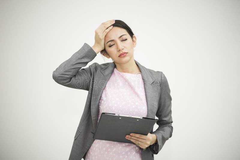 Femme d'affaires soumise à une contrainte et mal de tête pour le travail dans le bureau photographie stock libre de droits