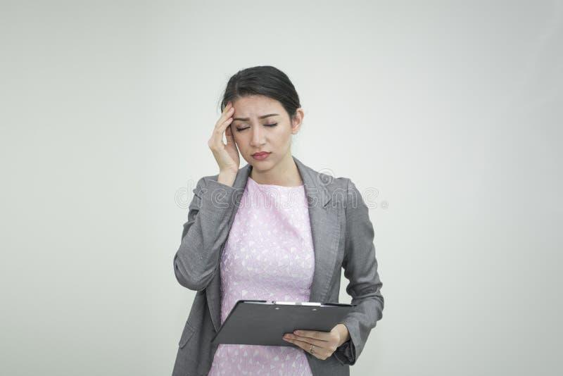 Femme d'affaires soumise à une contrainte et mal de tête pour le travail dans le bureau durée image libre de droits
