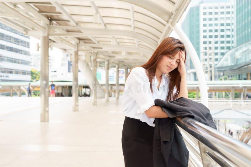 Femme d'affaires soumise à une contrainte à la promenade de ciel après avoir été écarté - le feu photo libre de droits