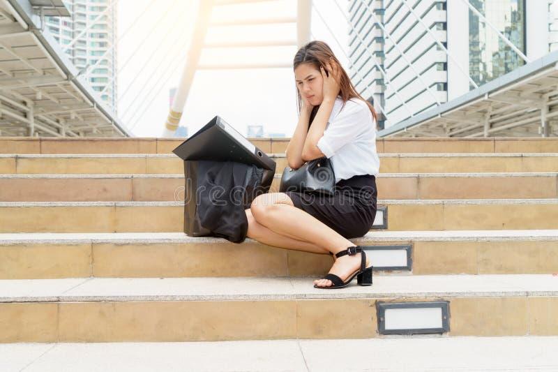 Femme d'affaires soumise à une contrainte à la promenade de ciel après avoir été écarté - le feu images stock