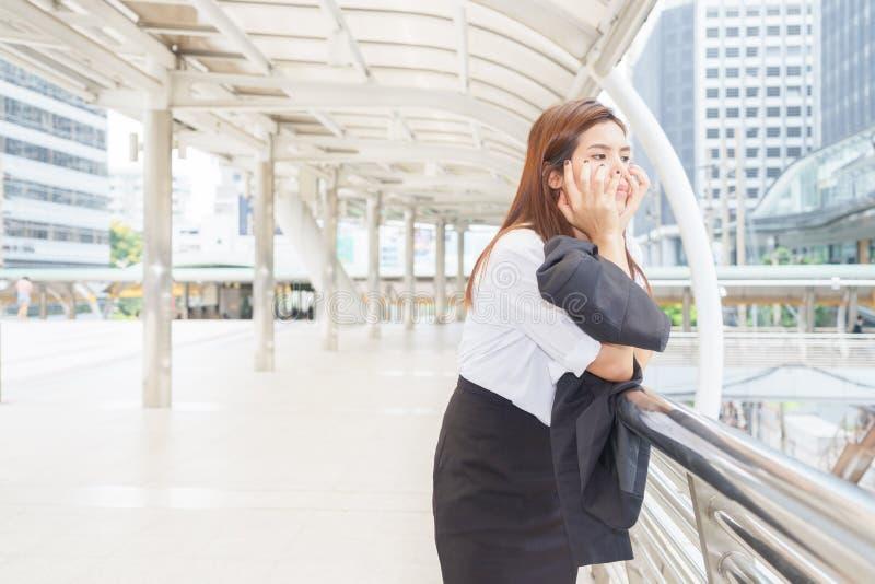 Femme d'affaires soumise à une contrainte à la promenade de ciel après avoir été écarté - le feu photos stock