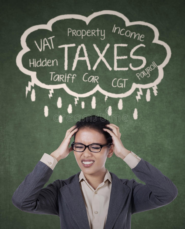 Femme d'affaires soumise à une contrainte pour payer ses impôts images libres de droits