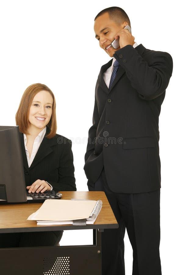 Femme d'affaires souriant à l'appareil-photo photographie stock