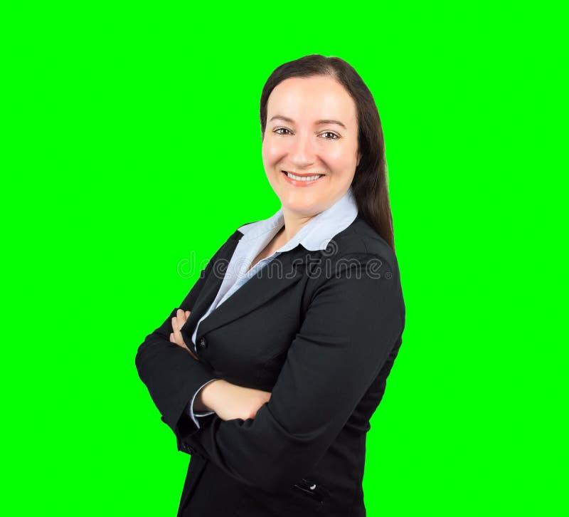 Femme d'affaires souriant avec des bras croisés image stock