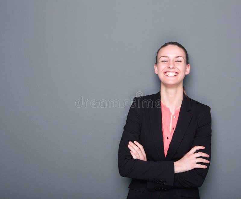 Femme d'affaires souriant avec des bras croisés photos libres de droits