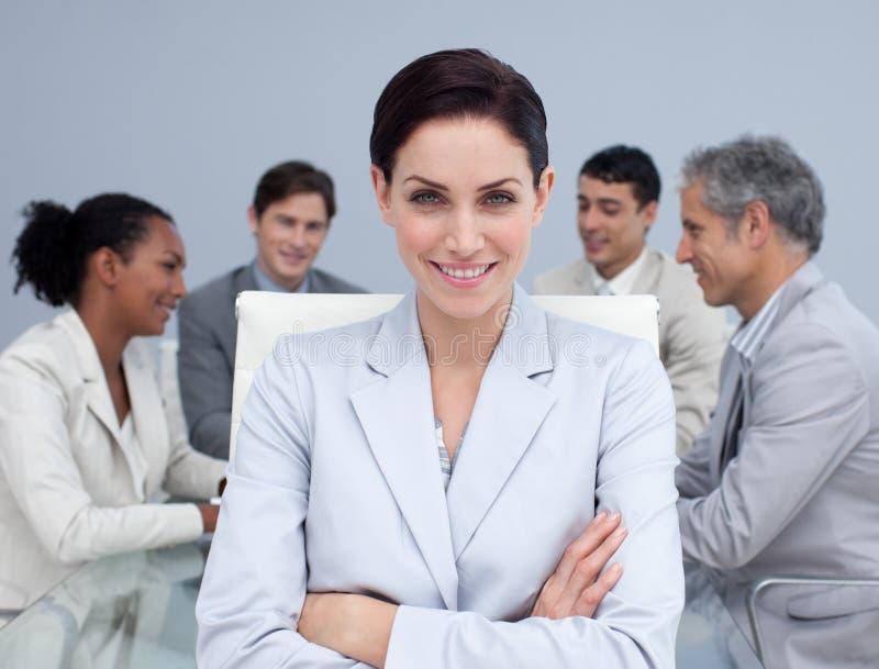Femme d'affaires souriant lors d'un contact image libre de droits