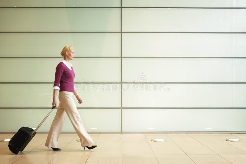 Femme d'affaires With Suitcase Walking dans le passage image stock