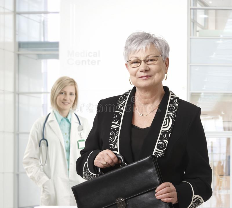 Femme d'affaires supérieure au centre médical images libres de droits
